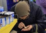 Страшный голод заставляет стариков в России воровать чай и хлеб: 70-летнюю бабушку судят за кражу (кадры)
